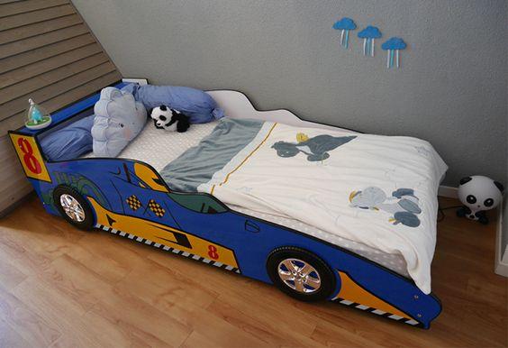 Un lit voiture de course bleu dans une chambre d'enfant, une idée originale pour la chambre d'un petit garçon. Retrouvez ce lit sur le blog : https://mamankawazu.com/2016/08/24/un-lit-voiture-de-course-passage-au-lit-de-grand/  Pour un premier lit de grand, un lit voiture avec une barrière intégrée. Pour les fans de voiture et de courses, ce lit sécuritaire décorera votre chambre d'enfant.   #LitVoiture #ChambreVoiture