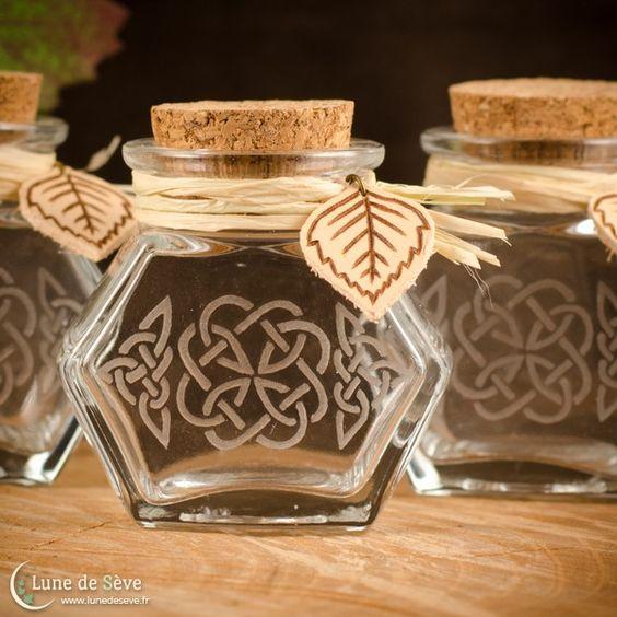 Bocaux à herbes en verre gravé, raphia & breloque cuir fait-main