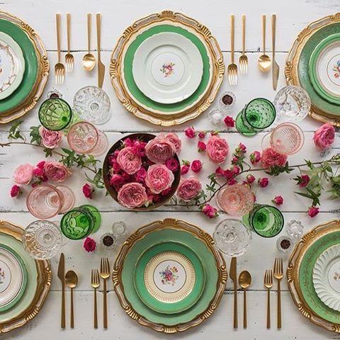"""recebercomcharme no Instagram: """"As flores vão se esparramando pela mesa...  #regram @casadeperrin. @olioli_lifestyle #OliOliTeam #olioli_lifestyle #olioli #recebercomcharme #tabledecor"""""""
