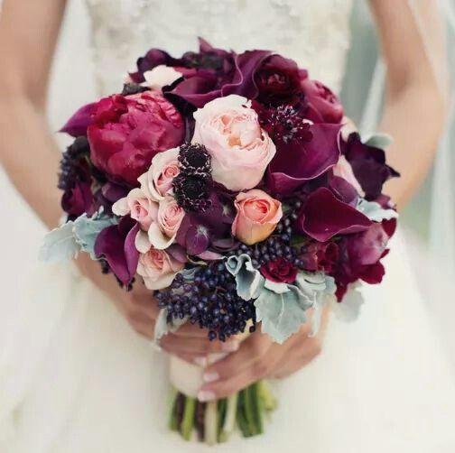 Ramo de novia que combina el color Marsala con el rosa