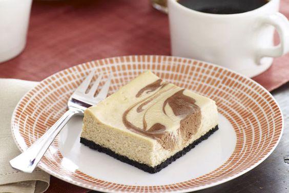 Vous qui cherchez à réunir dans un seul et même dessert le café et le chocolat, nous avons ce qu'il vous faut! Goûtez à ces barres façon gâteau au fromage: vous serez conquis!