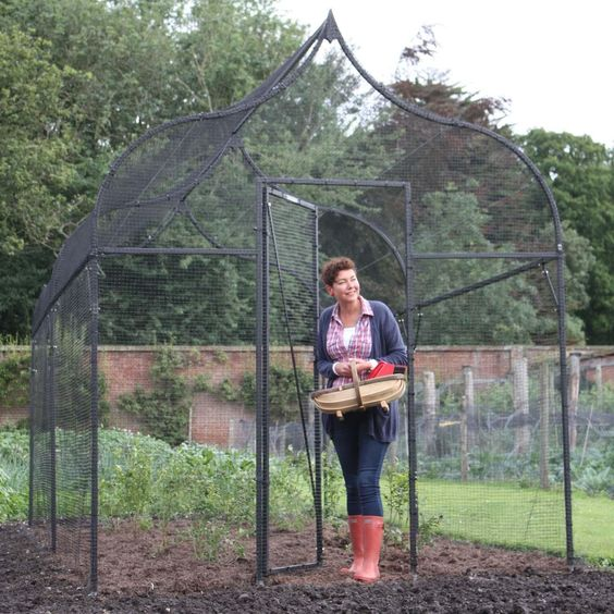 Each Ogee Arch Fruit Cage is supplied complete with 16mm mesh heavy duty side netting, shaped 19mm knotted mesh roof netting, a door kit and all the pegs, clipsd and ties required for assembly.: