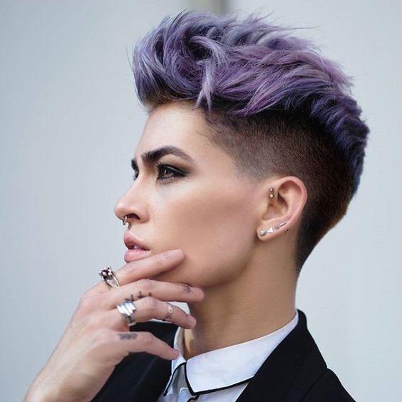 ... de gris, de violet, de lavande... Les couleurs ça ne se discute pas voyez vous. Ça s'ose! Comme le vêtement, comme le tatouage, comme les bijoux. Comme une coupe de cheveux qu'on aurait jamais imaginée un jour adoptée par une femme. Ambigue? Pas tant...