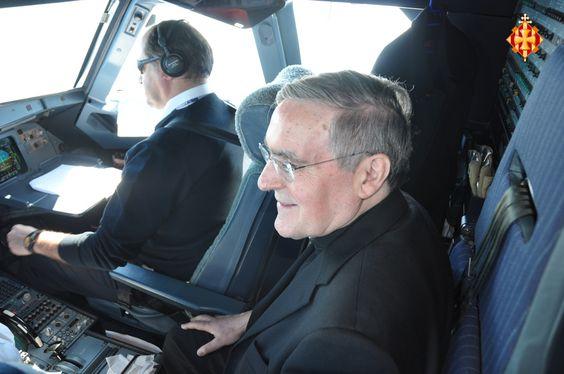 Cardenal Sistach a la cabina de l'avió cap a Roma