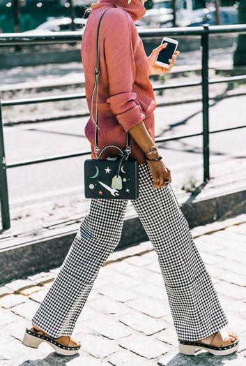 Un pull rose avec un pantalon Vichy
