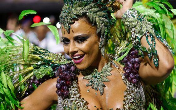 Viviane Araújo  - desfila como rainha de bateria da Mancha Verde,