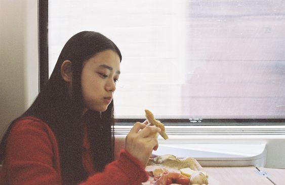 ピザを食べる杉咲花