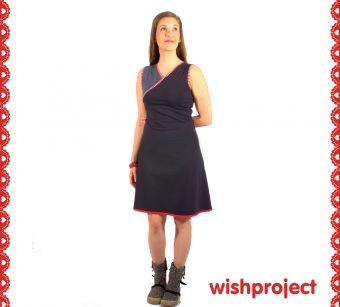 Uni geht auch peppig. Dieses schicke Kleid mit Wickeloptik zeigt, wie. Für niedliche Akzente sorgen zudem die Ringel Details in Rot, Weiß sowie der süße Saum mit roter Häkelborte ♥