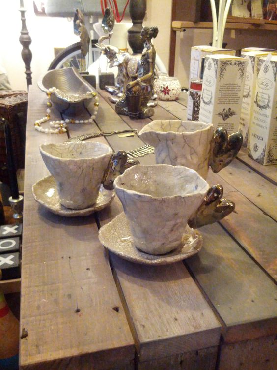 Tazze e bricco latte in ceramica Raku. accessories handmade raku pottery. I Tesori Coloniali Reggio Emilia Italy #itesoricoloniali #rakupottery #arredamenti #ceramicaraku #tazzine #reggioemilia #handmade #raku