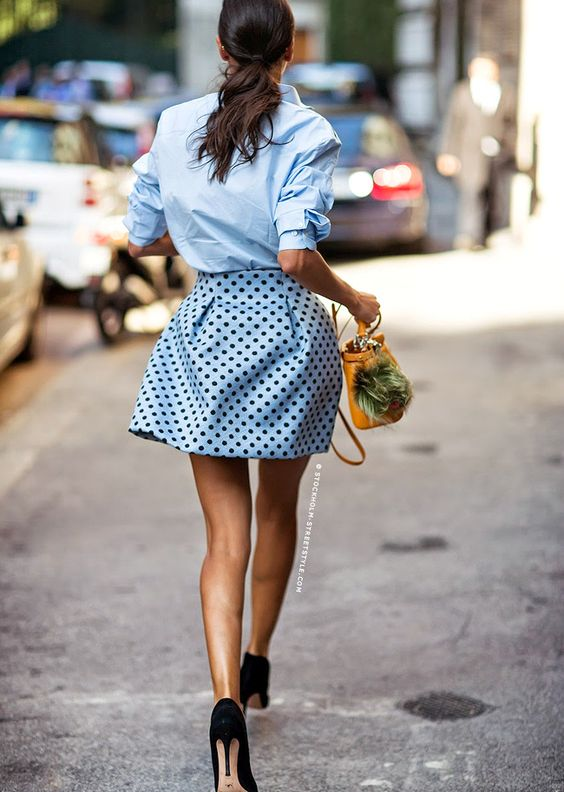 """Portée avec une chemise masculine et une paire d'escarpins noirs, la jupe à pois passe de """"girly"""" à """"chic"""" !"""