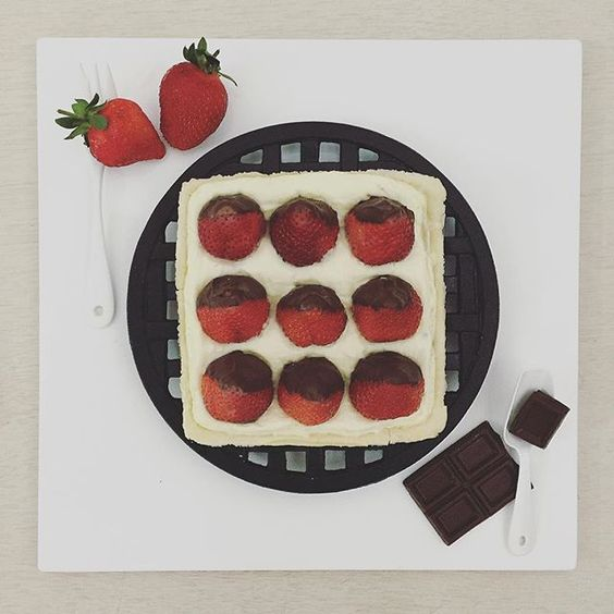 . goooood afternoon it's tea time :-}))) ☕️ . #S_S_iloveBaking #S_S_iloveBreakfast #tart #choc_strawberry_creamcheese_tart #巧克力草莓生乳酪塔_內建oreo脆片 #イチゴ #イチゴタルト #baking #dessert #烘培 #afternoontea #teatime #午茶 #下午茶 #草莓塔