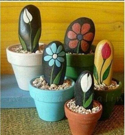 Flores pintadas sobre piedras