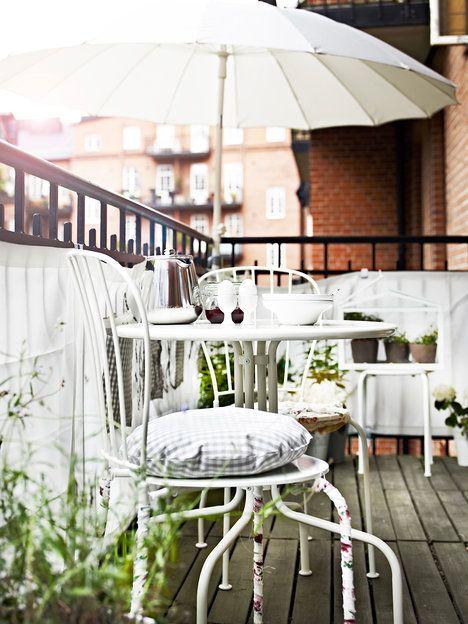 Lehký a snadno přenosný je bílý kovový nábytek Läckö, vhodný i pro relativně malé balkony. Díky nastavitelným nožičkám stojí pevně i na nerovné podlaze. Cena je 599 Kč; Ikea: