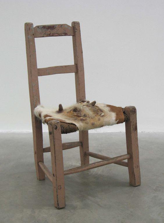 """""""Rivestire una tradizionale sedia sugán con il pellame ricavato dalle mammelle di mucca può avere un senso umoristico, ma rispecchia anche una situazione più complessa circa le tensioni tuttora irrisolte in #Irlanda tra il ruolo della donna e quello oltre la sfera domestica"""" (cit. Fiona Kearney) Foto: Dorothy Cross, Udder Chair, 2005. Antica sedia impagliata, pelle di mucca / antique sugán chair and cows udder. Courtesy l'artista e / the artist and Kerlin Gallery, Dublin."""