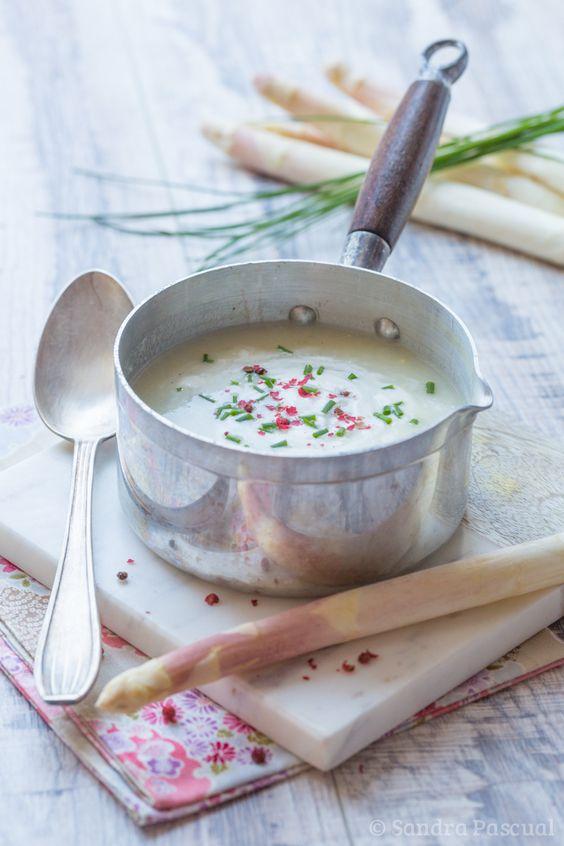 Crème d'asperges Blanches/ Ingrédients : 500 g d'asperges blanches, 1 belle pomme de terre,  50 g de beurre, 1 oignon, 1 CS de farine, 15 cl de crème fraîche épaisse,Ciboulette fraîche ciselée,Baies roses. (voir le site pour + d'infos)