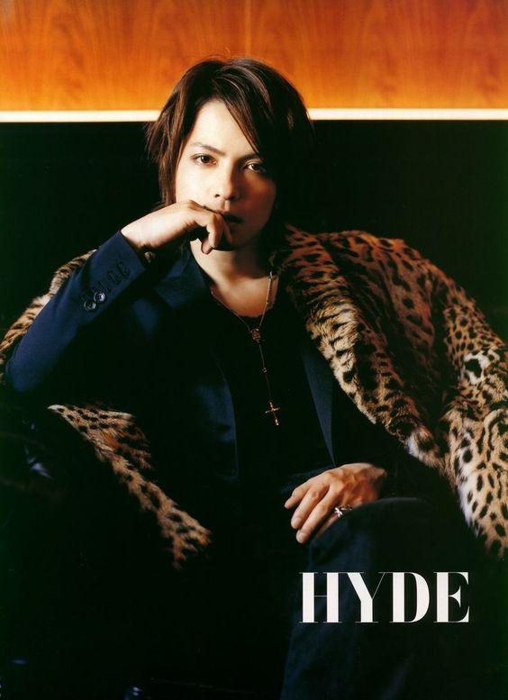 ヒョウ柄のコートを羽織って椅子に座っているL'Arc〜en〜Ciel・hydeの画像