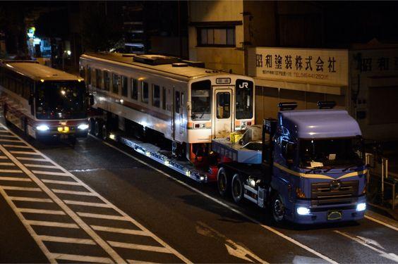 """西武BT on Twitter: """"東急の高速バスと並ぶキハ11陸送。とてもシュールw http://t.co/Jti2Lje0ry"""""""