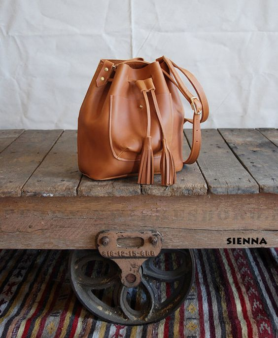 Sac seau de cuir à la main, cordon de serrage caractéristiques avec plaisir glands à la fin des lacets ! Parfaite taille pour une utilisation