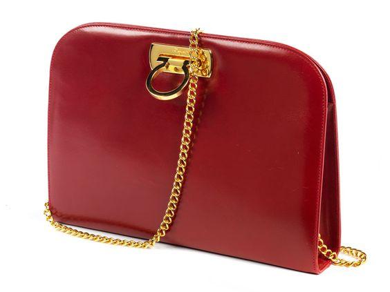 Ca. 20 x 28 x 6 cm. Schultertasche aus rotem Leder mit goldfarbenen Beschlägen und langer Schulterkette. Markentypischer Hakenverschluss. Innenraum mit einem...