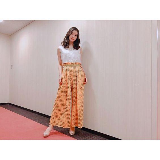 オレンジ色スカートの足立梨花