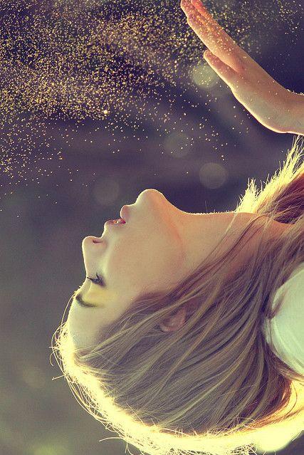 Schönheit ist eine unsichtbare Essenz. Erfreue dich an der Schönheit, die du bist und an dem Licht, das deinem Wesen entströmt. Sei niemals enttäuscht über das, was du bist, denn du bist göttlich und herrlich. Unterschätze niemals deine Schönheit, deine Macht oder dein Erbe. Dein Erbe erstreckt sich bis tief in die Sterne hinein. Du bist ewig!(Ramtha)