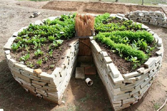 """Horta Mandala ou em forma de """"buraco de fechadura"""", é uma horta circular elevada e é considerada como um dos sistemas de agricultura mais produtivos. É ..."""
