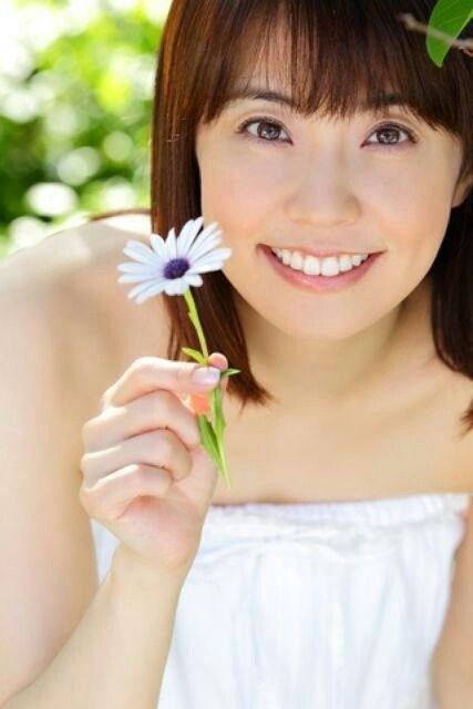 お花を持っている小林麻耶