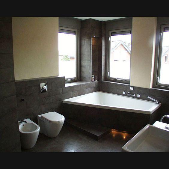 Designbadkamer met leemstuc wanden en wandtegels van cerdisa met inloopdouche en paiova ligbad - Badkamer in m ...