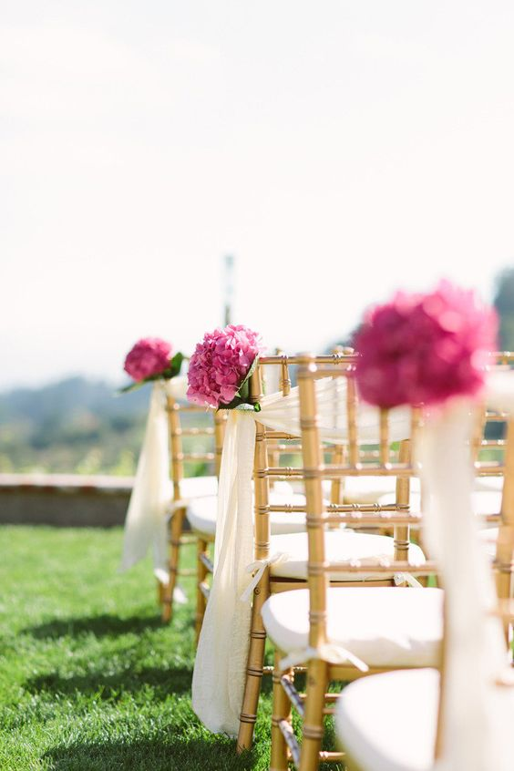 Fantastic use of Hydrangea as aisle markers. Simple. Easy. Elegant.