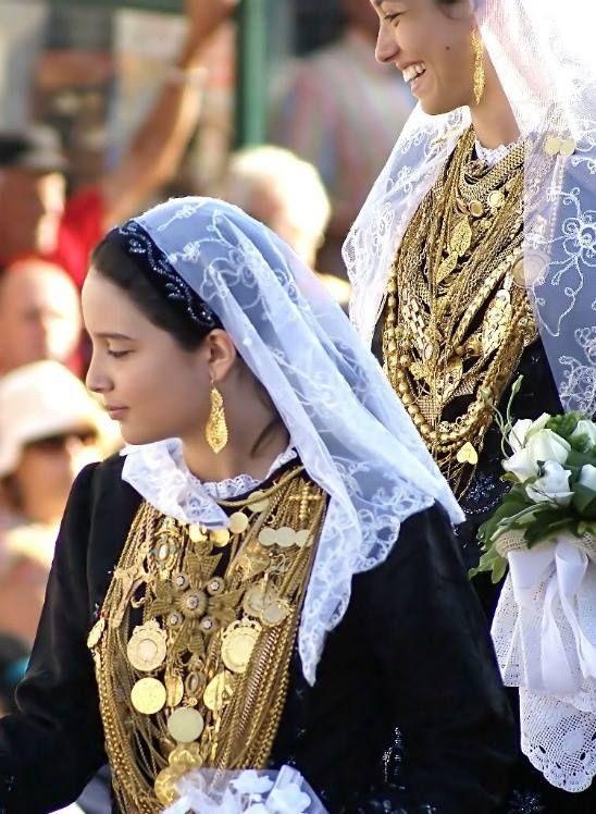 A vianense com o traje tradicional de noiva.