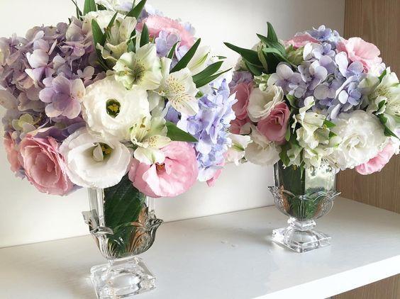 Arranjo floral em mini taça de cristal. Arranjos florais e locação de materiais para festas e eventos. Contatos para pedido de orçamento: Telefones: (61)3301-4555/(61)9280-5115 E-mail: contato@gardeniamatos.com.br  Atendimento com hora marcada! #Alamango #Bridal #Textiles #Wedding #AlamangoBridal #AlamangoTextiles #Malta #LoveMalta #Bridesmaid #WeddingDress