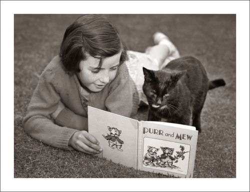 Little G Vintageeveryday 21 Lovely Vintage Photos Of Cute Kids In Melbourne From The 1940s 50s Cat Reading Little Girl Photos Favorite Books