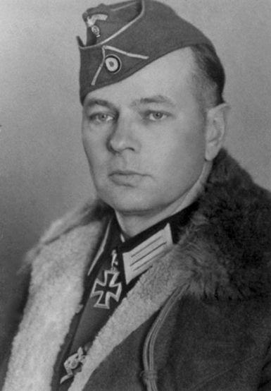 Helmuth von Pannwitz (1898-1947) est un aristocrate prussien qui fut Commandant du 15 corps SS de cavalerie cosaque.