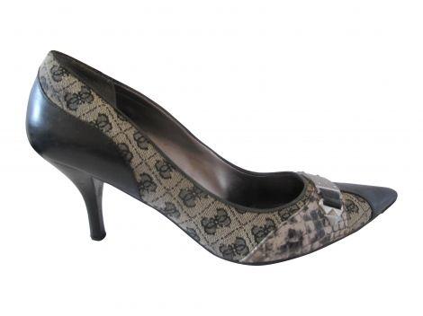 Escarpins de la marque Guess.  Bi-matière : cuir et tissu.  Pointure : 38.  Hauteur talon : 7,5 cm.