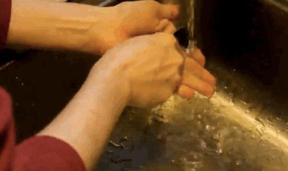 Livre-se de odores fortes (peixe, cebola, alho), lavando as mãos com uma colher de aço inoxidável