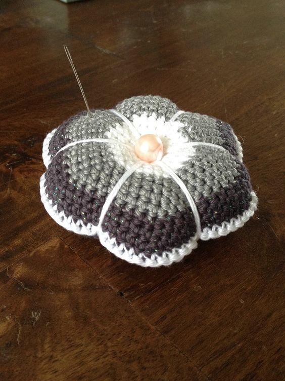Crochet pin-cushion gehaakt speldenkussen   Patroon van: www.hookedonneedles.com