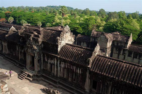 Những hàng rào kiên cố bao quanh ngôi đền