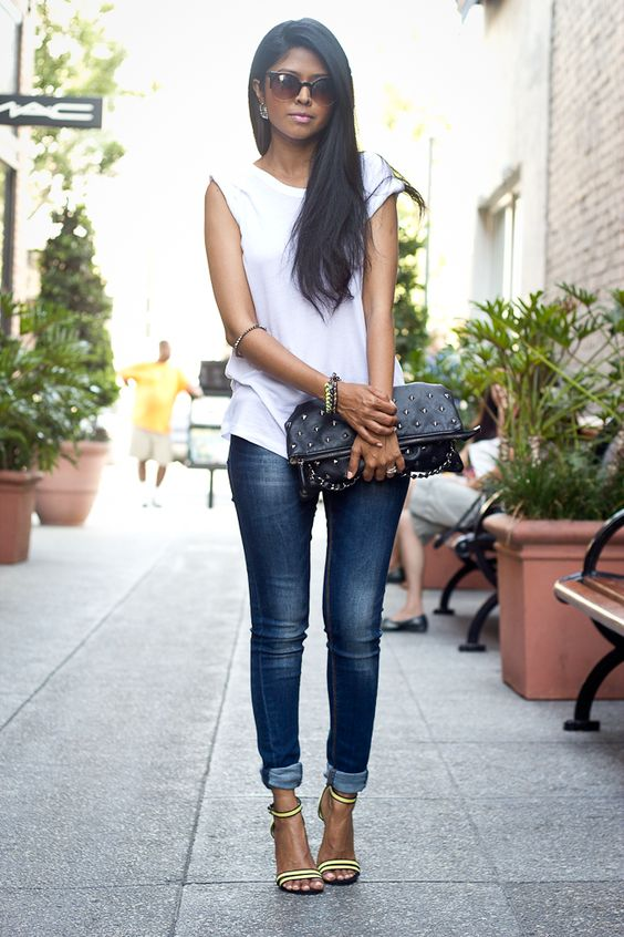 Plain white T with skinny jeans and pumps: