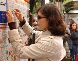 Un bolígrafo inteligente facilita el acceso a la educación a personas con discapacidad | Señora comprobando horario de Autobuses en Madrid Fuente: Insercionsocial.com | 5 mayo 2014