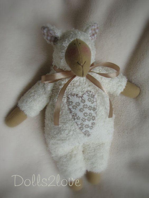 Este lindo Cordero se basa en un patrón de Tilda. Hecho de tela de toalla muy suave este cordero es un juguete encantador de la conveniente para los