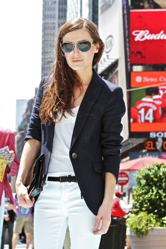 A un atuendo totalmente blanco...le das personalidad con un blazer negro