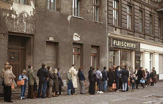 Schlange vor der Fleischerei, 1980er Jahre (via Tumblr DDR Museum)