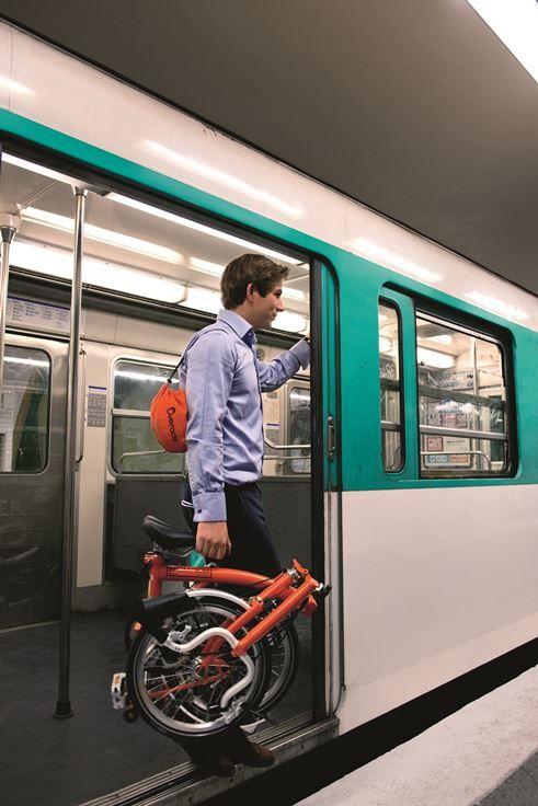 Petit Look citadin pour aller au travail en vélo !  Vélo pliant Brompton: http://bit.ly/VeloBrompton Casque pliant Overade: http://bit.ly/CasquePliant En vente sur www.hollandbikes.com