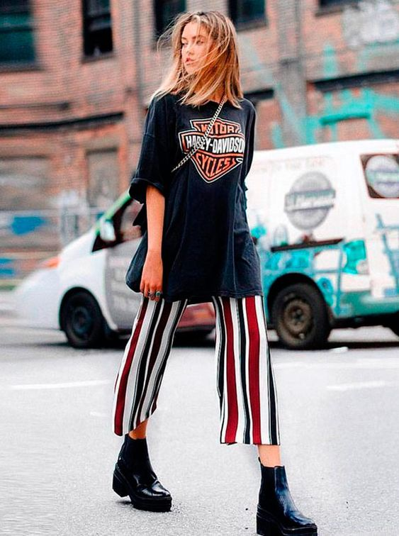 It Girl - T-shirt-vintage-harley-oversize-preta-calça-pantacourt-listras-coturno - T-Shirt Vintage - Meia Estação - Street Style
