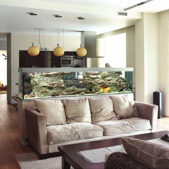 Such a nice idea! Use the aquarium as a partition in your living room /// Tolle Idee wie man ein Aquarium im Wohnzimmer als Trennwand nutzen kann