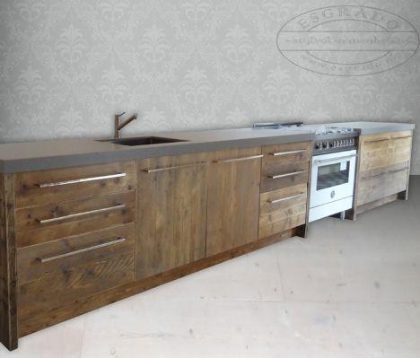 Steigerhout keuken met strakke grepen en composiet aanrechtblad ...