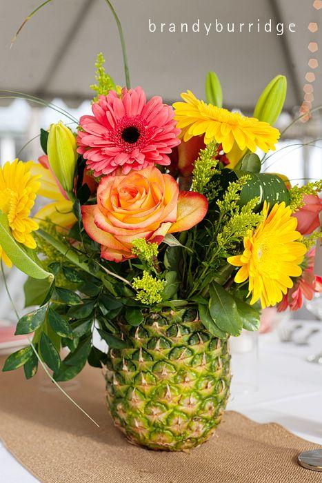 composition florale dans un ananas converti en vase floral arrangement in an ananas turned. Black Bedroom Furniture Sets. Home Design Ideas