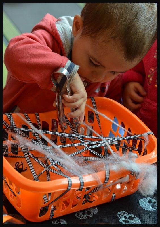 En farfouillant sur la toile, je suis tombée sur cette activitée d'inspiration Montessori. Avec une petite corbeille qui me sert habituellement à ranger le linge des enfants, j'ai fait passer des rubans et des morceaux de toile d'araignée synthétique...