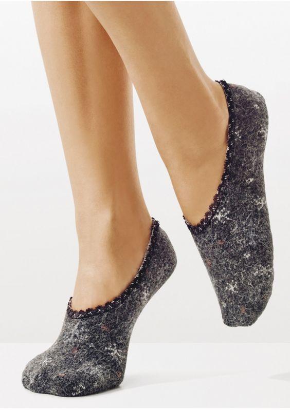 """SKARPETKI BALETKI ANGORA C46 Stylowe baletki z ANGORY.    Są miękkie, """"niegryzące"""", wykończone miłą w dotyku koronką.   Zdobi je delikatny wzór w płatki śniegu.   Idealne jako domowe ciepłe obuwie."""