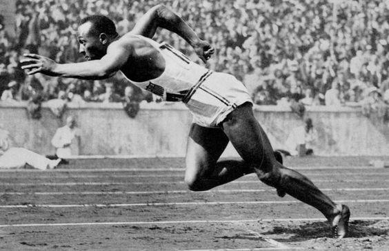 Jesse Owens (1936 - Berlin) En Allemagne, Jesse Owens remporte le 100m en 10''3. Il décroche également l'or sur 200m, 4x100m et au saut en longueur. Il est le premier athlète à gagner quatre titres lors de mêmes Jeux Olympiques. (L'Equipe)